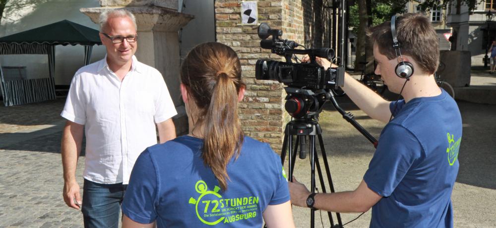 Jugendliche beim Video-Interview mit Wolfgang Krebs