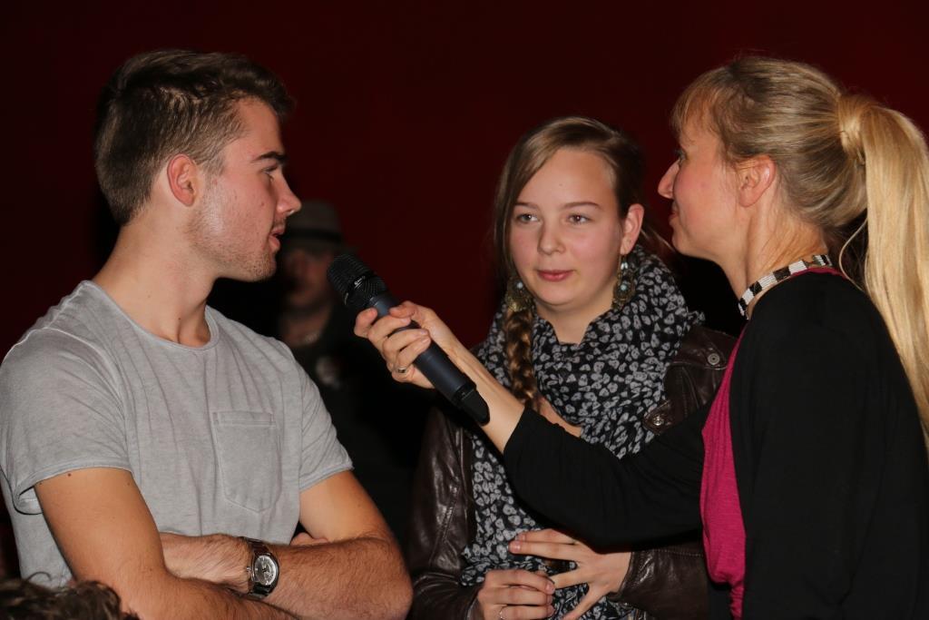 Eine Filmgruppe im Interview mit der Moderatorin